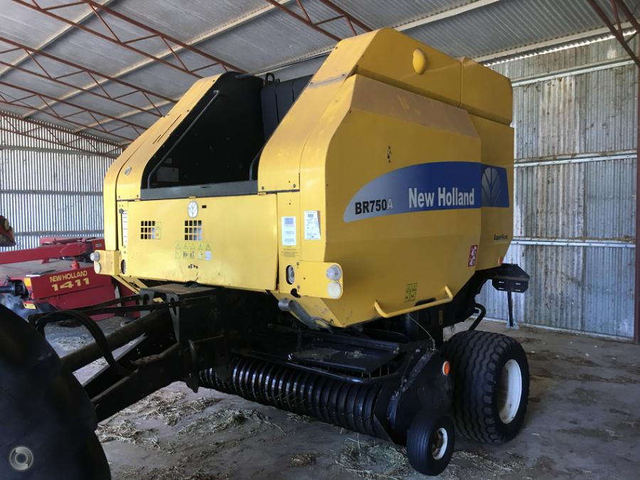 2007 New Holland BR750A Round Baler