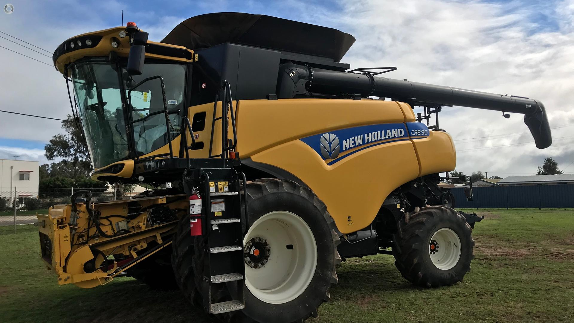 2015 New Holland CR8.90 Combine & HoneyBee 4045 Front