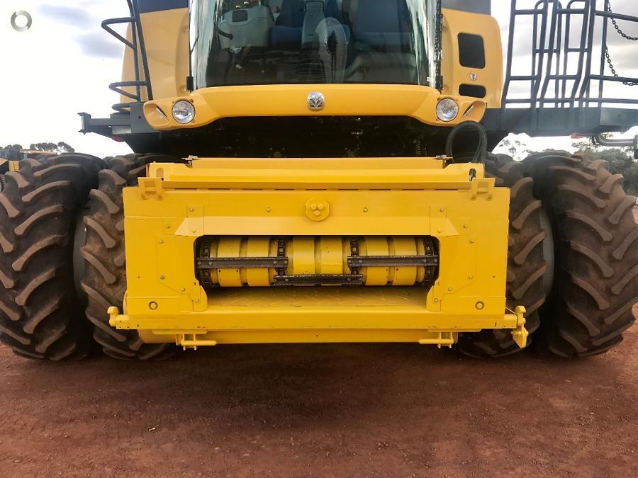 2013 New Holland CR9090 Combine Harvester